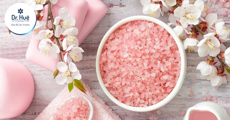 Ngâm hoặc chà chân bằng muối hồng Hymalaya
