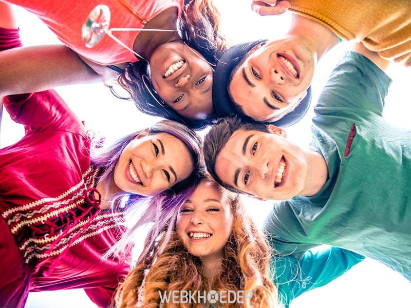 Trò chuyện với bạn bè là cách giảm stress hiệu quả, giúp bạn thoát khỏi khủng hoảng tâm lý nhanh chóng