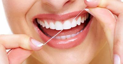 4 bước dùng chỉ nha khoa đúng cách sạch miệng không làm thưa răng