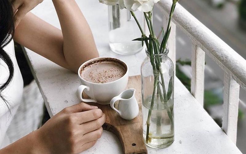Nhâm nhi một ly cà phê suốt cả ngày