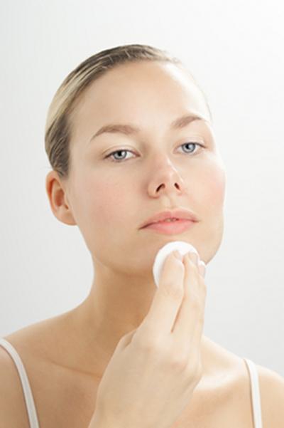 Dưỡng da mỗi ngày bằng các sản phẩm dưỡng da phù hợp sẽ ngăn ngừa và làm chậm quá trình lão hóa da.