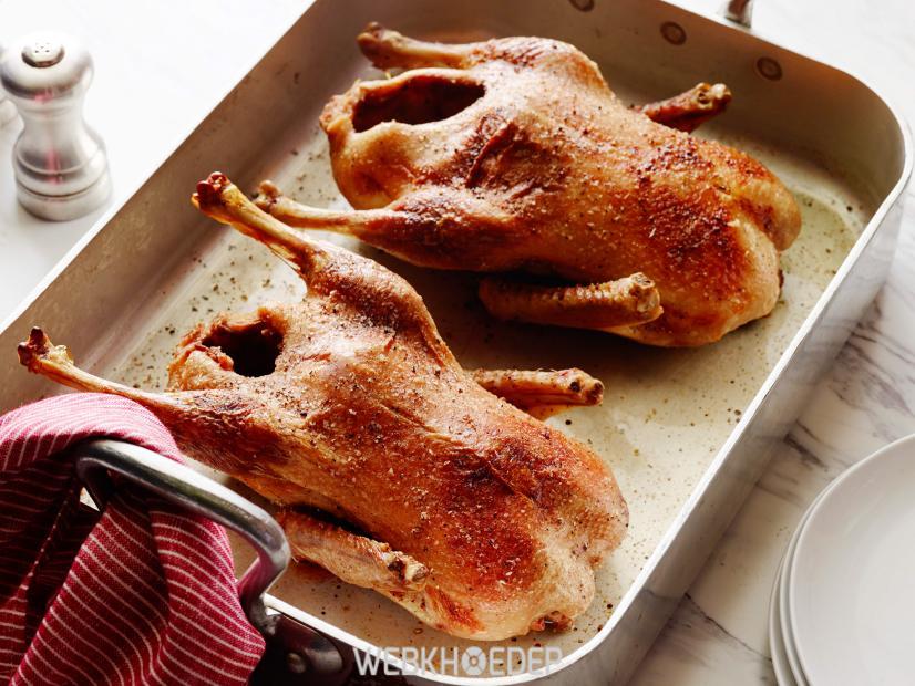 Nướng thịt vịt đến khi vàng và thịt mềm thì để ráo và lấy ra