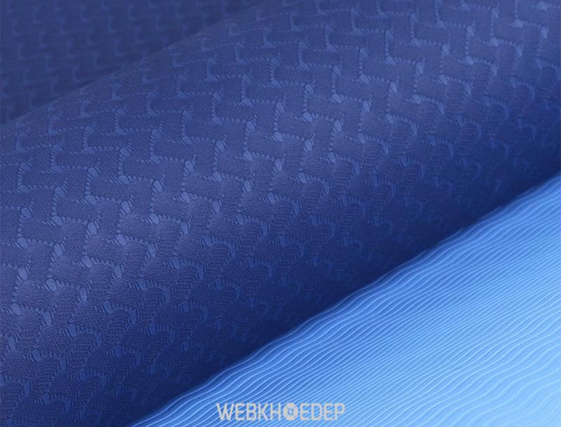 Với thiết kế vân nổi đẹp mắt cùng chất liệu tốt, thảm yoga TPE 2 lớp có độ bám sàn chắc chắn, khả năng chống trơn trượt cho bạn an tâm khi tập
