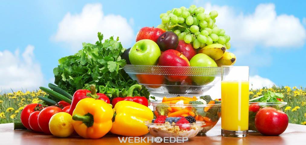 Ăn nhiều hoa quả và uống nhiều nước để bổ sung dinh dưỡng cho ngày có độ ẩm cao