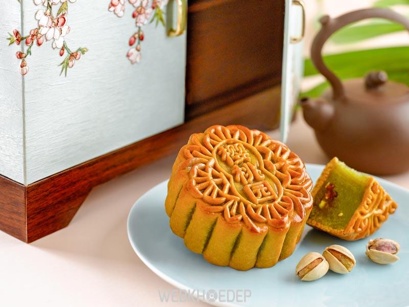 Bánh trung thu cùng tách trà ấm trong ngày trung thu