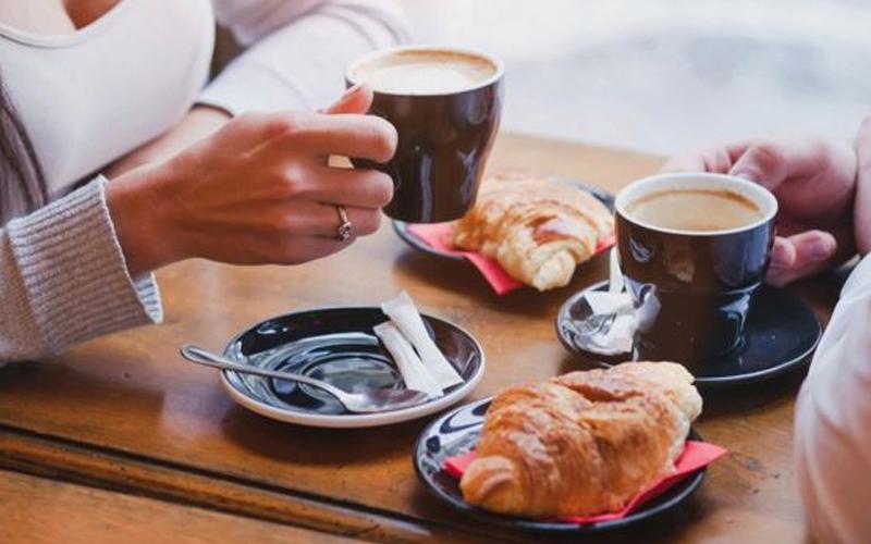Nên uống cafe sau khi ngủ dậy từ 2 - 3 tiếng và đừng nên để dụng trống rỗng